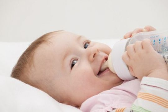 Mamiweb.de - Die Ernährung vom Baby mit Flaschenmilch #flaschenmilch #babymilch #babynahrung #flaschennahrung #milch #muttermilch