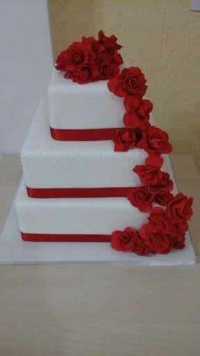 bolo de casamento com enfeite de rosas de açúcar