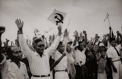 Partai Komunis Indonesia mewarnai sejarah perpolitikan di Indonesia. Kehadirannya sempat dipuja-puja tetapi kemudian dianggap sebagai perusa...