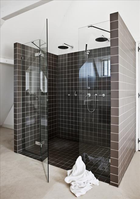 Här gäller social samvaro även i badrummet! Bakom de dubbla handfaten finns en rymlig dusch – med p...