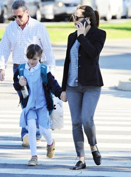 Jennifer Garner Photos Photos - Actress Jennifer Garner is spotted out with her daughter Seraphina Affleck in Santa Monica, California on February 28, 2017. Jennifer stated in a recent interview that she hopes that she can meet with President Donald Trump and have a steak and a chat. She wants to help him help the poor people in rural America that voted for him. - Jennifer Garner Out With Her Daughter In Santa Monica