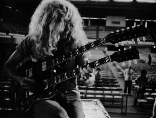 Another shot of Robert Plant with Jimmy Page's doubleneck....