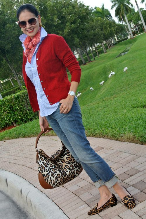 Olha que look maravilhoso! Camisa usada com gola levantada, lenço coordenado com cardigan vermelho e jeans. Só essa produção já estaria linda, mas ela foi além e usou loafer e bolsa de onça.