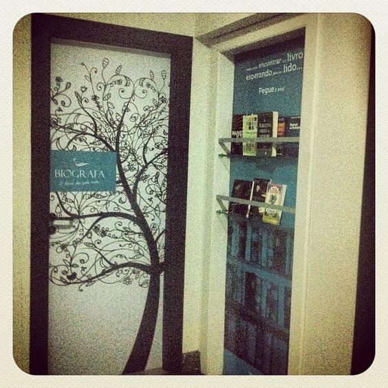 BIOGRAFA - Temos em nossa sede um espaço destinado ao BookCrossing que é a prática de deixar um livro num local público, para que outros o encontrem, o leiam, o voltem a libertar e assim sucessivamente.