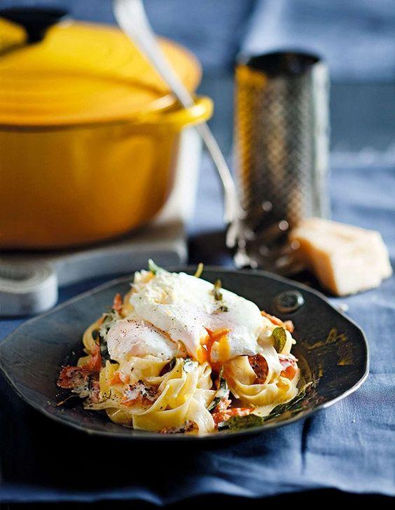 Massa com ovo poché, salmão e sálvia crocante (Foto: StockFood / Gallo Images Pty Ltd.)