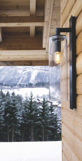 Une lumière design et discrète à l'extérieur du chalet - Confort chic pour maison en bois à la montagne - CôtéMaison.fr