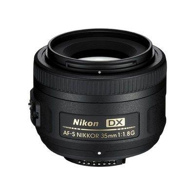 AF-S DX NIKKOR 35mm f/1.8G: http://slrkit.de/nikon-portrait-objektive-und-nikkor-events-objektive