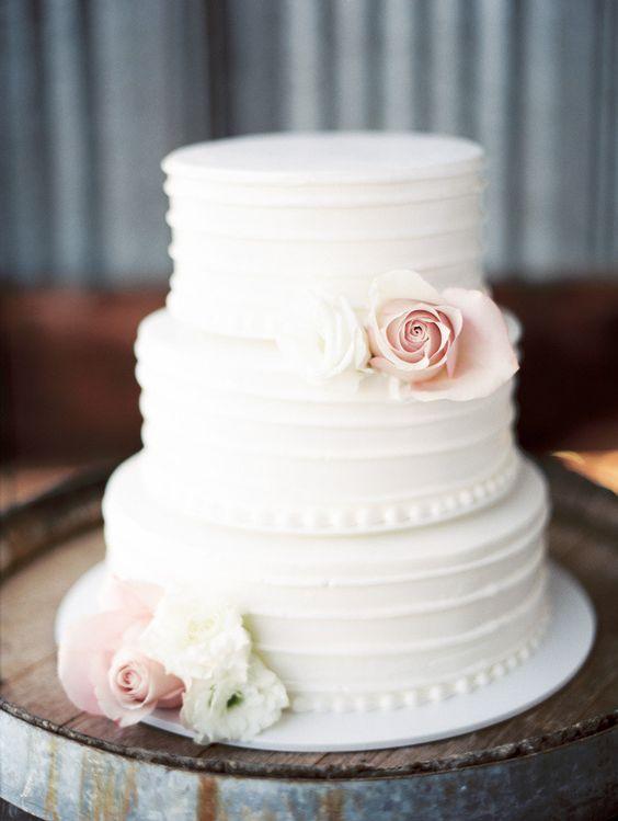 Bolo de casamento branco com rosas brancas e rosa queimado.