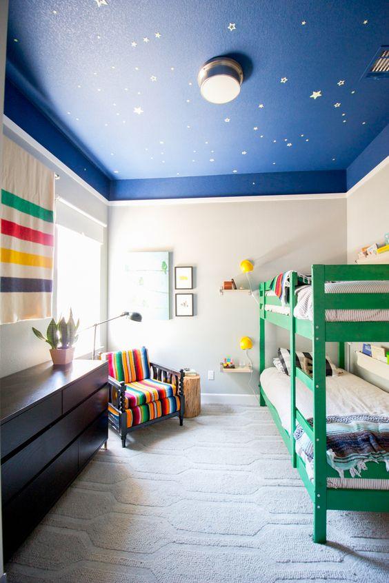 plafond bleu chambre d'enfant