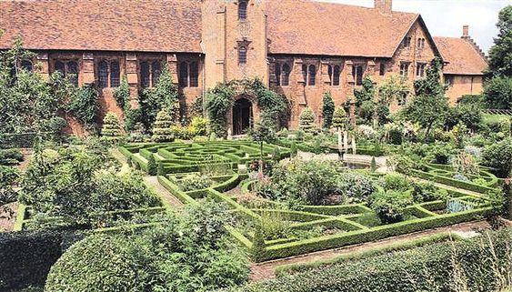 The restored tudor knot garden at hatfield house knot for Tudor knot garden designs