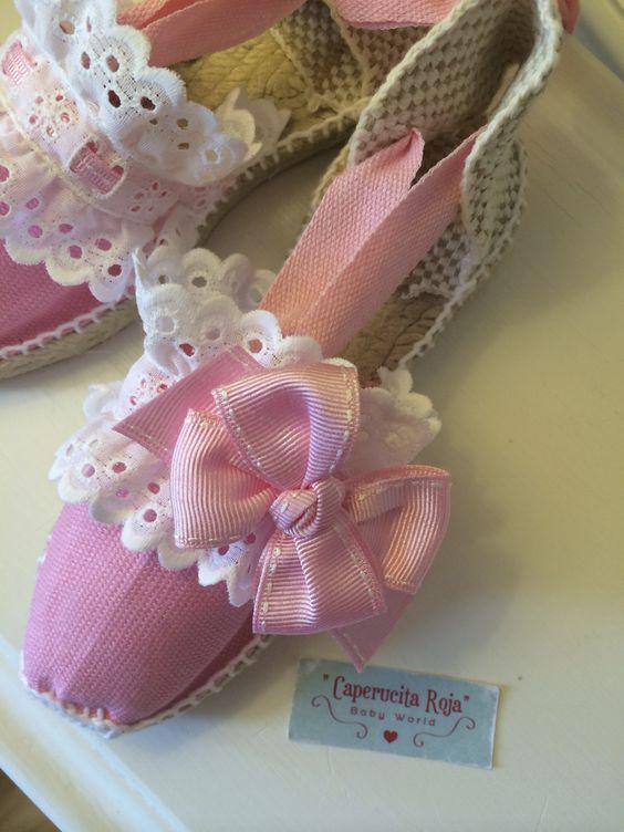 Alpargatas planas con cintas en color rosa, tira doble bordada blanca
