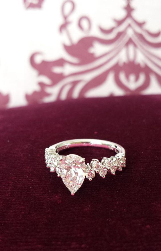 【Y・W様】結婚20年の時、主人から贈られたロイヤル・アッシャー・ダイヤモンドの指輪です。指輪の輝きに負けない人生を歩まねばとボックスから出す度に思います。いつになったら似合う手になるのやら…。