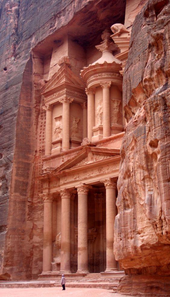 El Tesoro, cuya visión aparece al final del imponente Siq. Puede haber sido diseñado para intimidar a los recién llegados a Petra!!