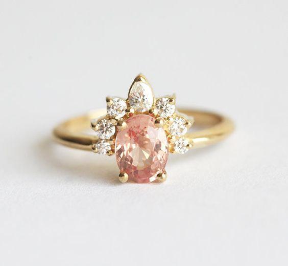 Einer der eine freundliche, schöne handgemachte Pfirsich Saphir-Ring mit glitzernden Diamant-Krone. Feminin und einzigartig.  Produktdetails Edelstein: