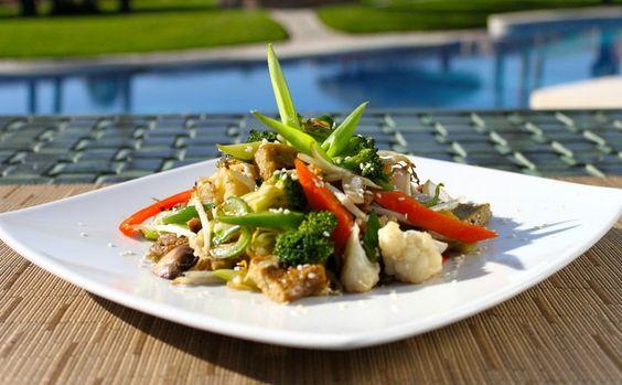 Una versión saludable llena de vitaminas, proteína del tofu, junto a todos sus elementos curativos.