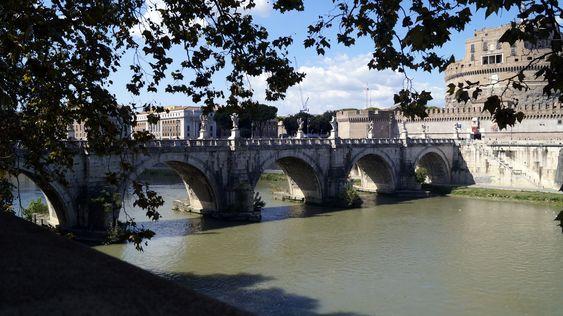 Puente Aelius sobre el río Tiber. Al fondo se observa el Castillo Sant'Angelo, también conocido como el Mausoleo de Adriano construido en el año 139 d. C