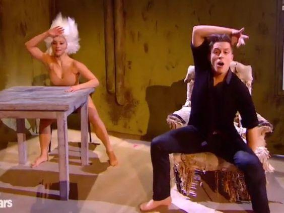 """Il n'y aura bientôt plus assez de mots dans le dictionnaire pour qualifier, sans se répéter, les prestations de Loïc Nottet dans Danse avec les Stars 6. Semaine après semaine, le petit prince Belge impressionne et excelle sur tous les types de danses avec une aisance incroyable. Pour le prime spécial """"chorégraphie culte"""", le chanteur belge et sa partenaire revisitent le clip Chandelier de Sia."""