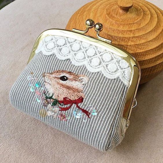 Embroidery squirrel coin purse  リス財布完成したっ✨ 芯固めのがっちり高級感ある仕上がりです👛  いい感じの仕上がりが分かってきたぞ! 刺繍にふさわしい仕上がりになるように、色んな試作を続けます💨  #handmade #手作 #手工 #刺绣 #DIY #embroidery #ハンドメイド #art #broderie #刺繍 #вышивка #イラスト #ペット #자수 #リス #squirrel #かわいい #kawaii