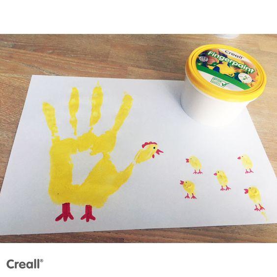 Deze kip heeft kleine kuikentjes gekregen. Met een handafdruk en vingerafdrukjes uit vingerverf is dit een leuk en makkelijk knutselwerkje met peuters en kleuters. #knutselenmetkinderen #peuters #kleuters #lente