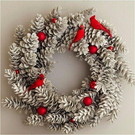 Kreative Weihnachtskranz tannenzapfen rot kugeln vögel idee