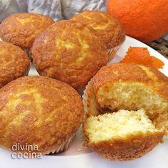 Estas magdalenas de naranja quedan esponjosas y con mucho sabor. La receta es de un recetario de Thermomix pero como ves se puede hacer perfectamente al modo tradicional.