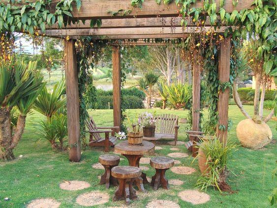 gazebo jardim madeira: tem fontes, bromélias e cantos para relaxar