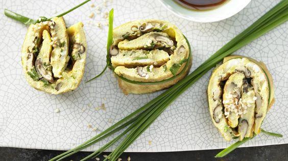 Würziger Snack für alle Tageszeiten und Gelegenheiten: Pilz-Omelett-Röllchen mit Shiitake und Sesam | http://eatsmarter.de/rezepte/pilz-omelett-roellchen