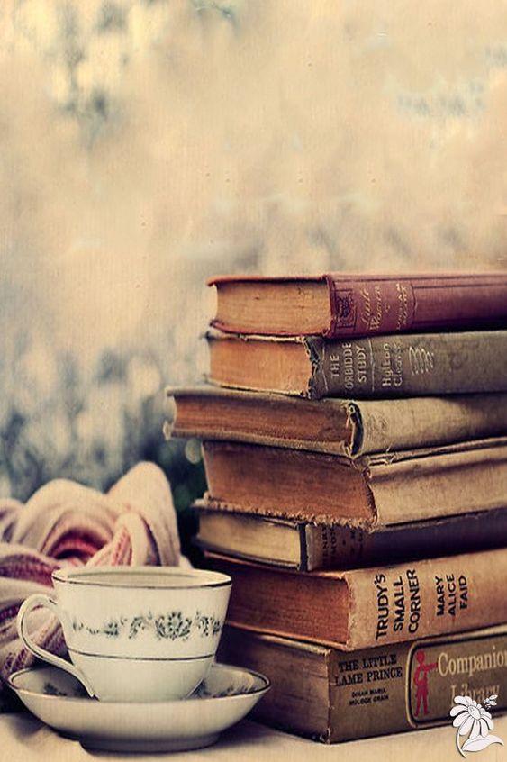 Pile de vieux livres à côté d'une tasse de thé