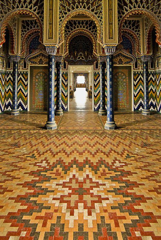 Op een heuveltop in Toscane ligt het curieuze, extravagante Castello di Sammezzano. Het gehele kasteel is in Moorse stijl gebouwd, met ingewikkelde motieven, adembenemende patronen en kleuren. Er zijn 365 kamers in het kasteel, één gemaakt voor iedere dag van het jaar, en iedere kamer heeft zijn eigen naam en eigenaardigheden. Zo heb je een witte kamer met vloeren van Marokkaans mozaïek, ingewikkeld stucwerk en…