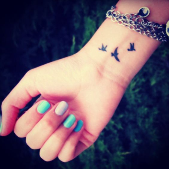 Typical wrist birds, Photo: @tiny_tasteful_tattoos: