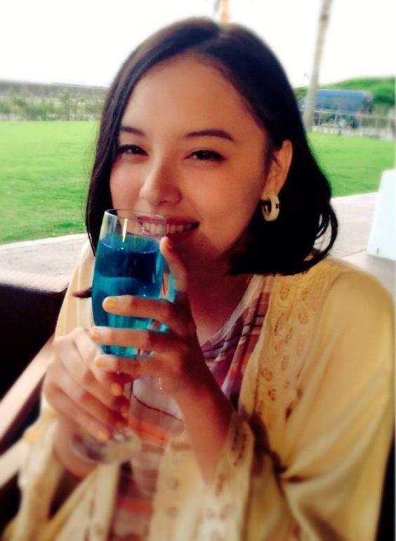 ブルーのドリンクを飲んでいる渡邊璃生の画像