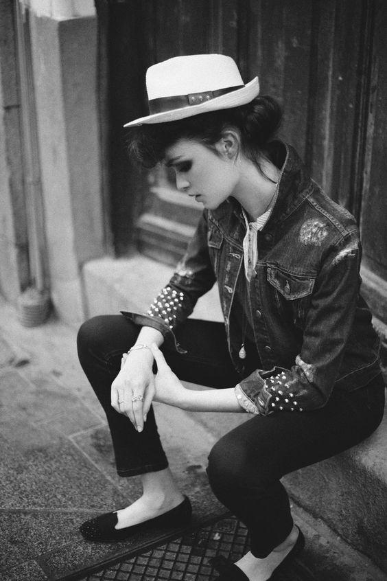 Editorial de moda inspirada en el estilo Teddy Boy: chaqueta vaquera y jeans extra slim