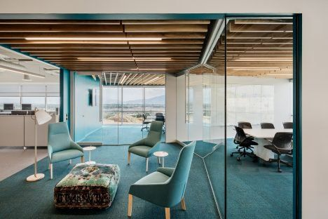 Each floor of this building offers communal zones used for informal meetings and collaboration, as well as clusters of glass-walled conference rooms with floor-to-ceiling windows.