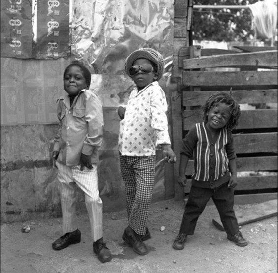Trois garçons posent dans les rues de Kingston en Jamaïque