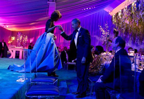 Gentleman durch und durch: Obama hilft Ehefrau Michelle bei einem Galadiner mit...