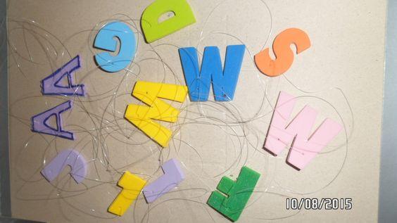 Colares com a letra inicial do nome de cada um.