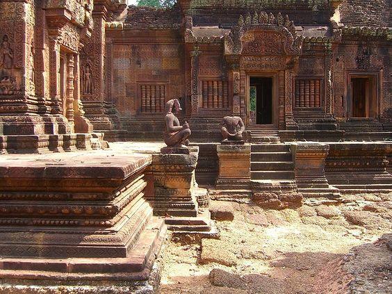 Các bức tượng vô giá ở ngôi đền Banteay Srei luôn bị những người đánh cắp cổ vật dòm ngó