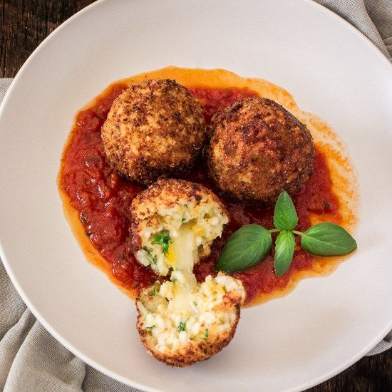 An easy and delicious recipe for Arancini di Riso served with a Balsamic Vinegar and Caramelized Onions Marinara Sauce dip!