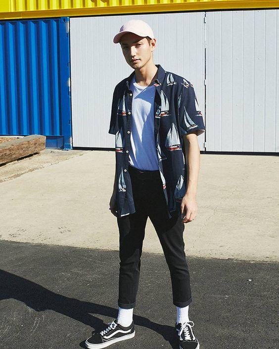 ①ホワイトソックスコーデ:プリントシャツ×黒パンツ