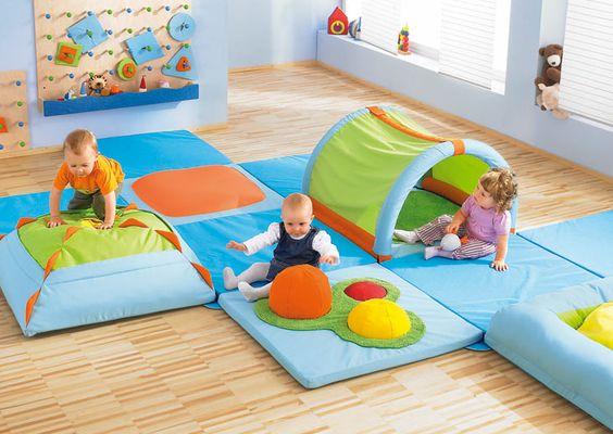 Espace de motricit 0 2 ans salle motricit exemples d for Amenagement chambre bebe petit espace