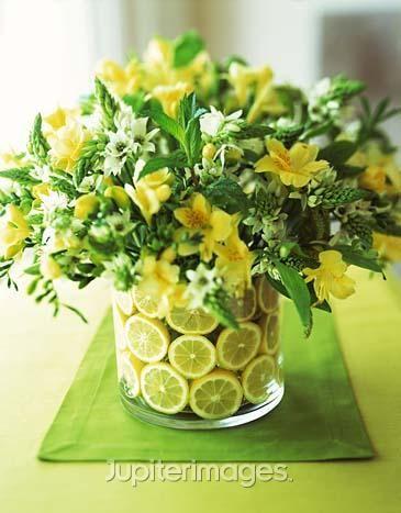 Arranjos com flores e frutas: