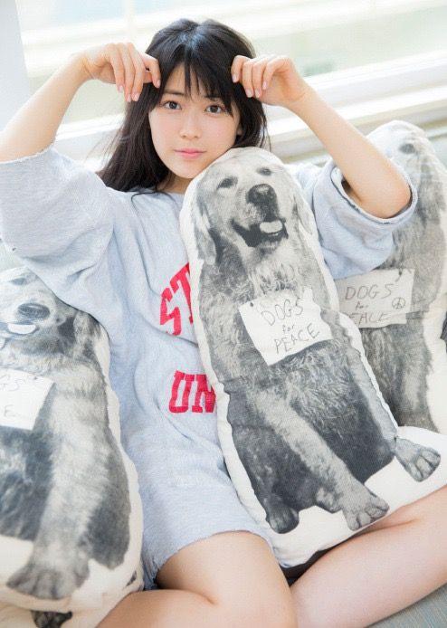 犬の絵に囲まれている岩本蓮加