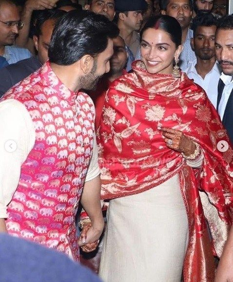 Newlywed Deepika Padukone Ranveer Singh Are All Smiles And Happy As They Return Mumbai Deepika Padukone Style Deepika Padukone Deepika Ranveer