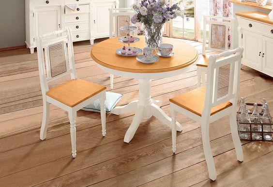 Die 5-teilige Essgruppe besteht aus einem Tisch und vier Stühlen:  Der runde Tisch ist das Symbol schlechthin für gesellige Runden. Um noch mehr Freunde einladen zu können, lässt sich dieser Esstisch zu einer ovalen Form auf 150/110 cm ausziehen. Die Einlegeplatte befindet sich praktisch verstaut unter der 3 cm starken Tischplatte. Außenmaße D/H 110/75 cm.  Der honigfarbene Flechteinsatz schenk...