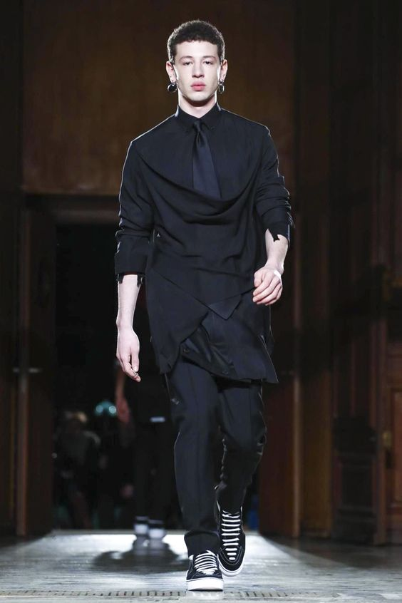 Watch the livestream of the Givenchy show menswear collection Fall/Winter 2017 from Paris.