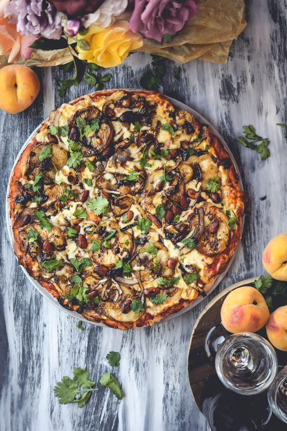 Pizza con vinagre balsámico, duraznos asados, almendras y cilantro