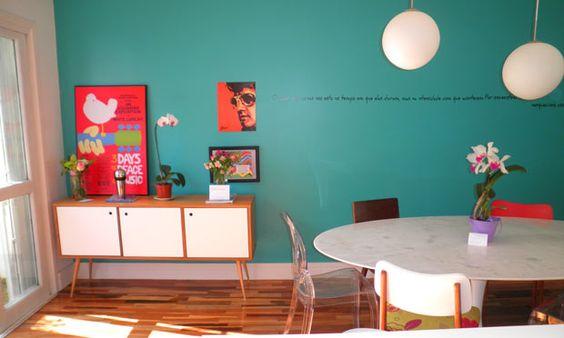 O moderno e o retrô conversando com a parede turquesa, uma delícia de cor,  que vai bem com tudo. Projeto de Ana Maria Mouawad Queiroga.