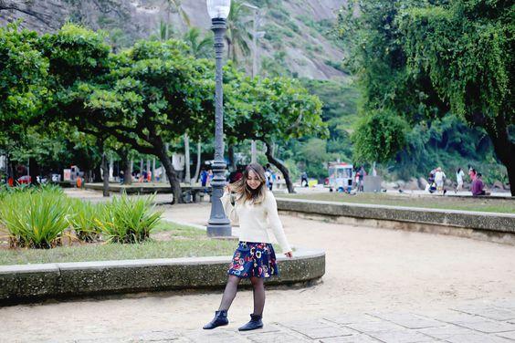 Suéter bege com saia florida e bota preta. #saia #look