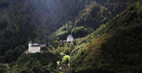 """""""Schloss Klaus mit Bergkirche (Klaus a.d. Pyhrn)"""" (Bild: Bernhard Roidinger)"""