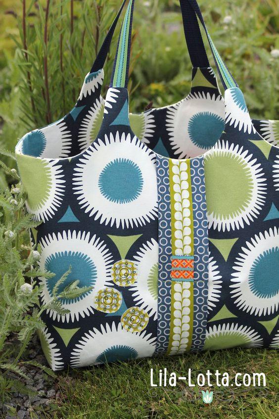 Lila-Lotta BLOG /Es sind zwei unterschiedlich große Wachstuch-Täschchen vorgesehen, für das Handy und Bikini bzw. Duschgel oder Shampoo. Sie lassen sich im Inneren der Tasche anknöpfen und abknöpfen.